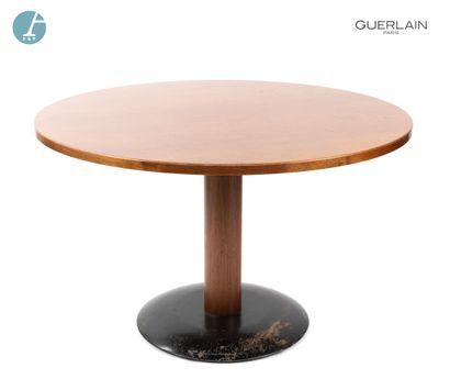 Une table circulaire en bois naturel. H...