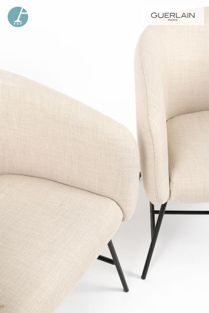 Paire de fauteuils à piètement métal laqué noir et tissu beige.  H : 75cm - L :...