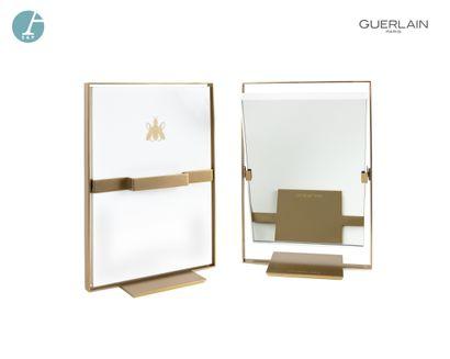 Un miroir pivotant, en métal doré et plastique...