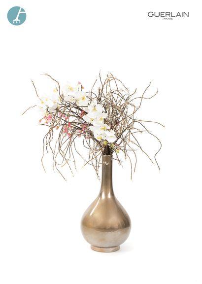 Un important vase en céramique dorée, avec...