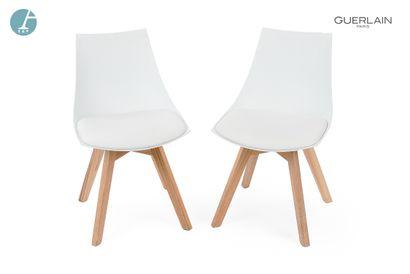 Deux chaises piètement bois naturel - assise...