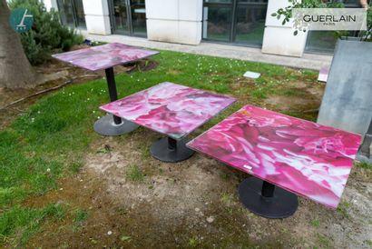 Lot de trois tables, piètement métal, plateau...