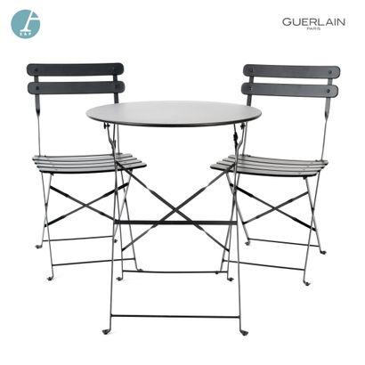 Deux chaises pliantes en métal laqué noir...