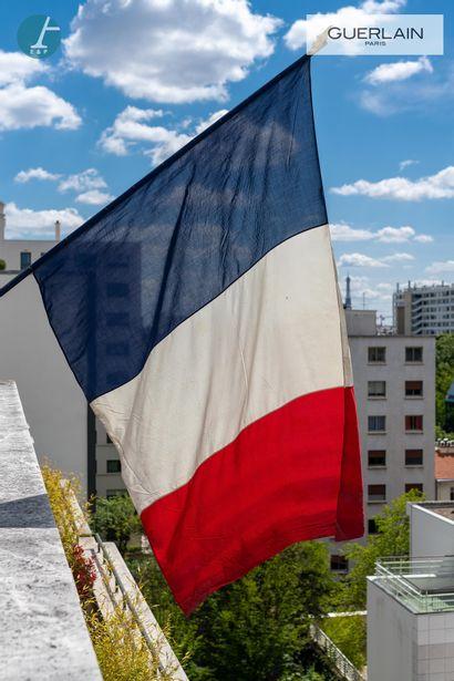 Grand drapeau français de pavoisement.  En...