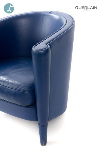 RICH - Design ANTONIO CITTERIO - MOROSO éditeur un fauteuil en cuir bleu. H : 68cm...