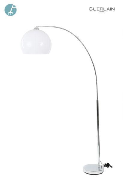 Un lampadaire, globe en plastique blanc....