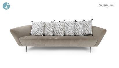 ARPER, un canapé 3 places en velours gris,...