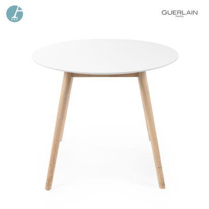 Table ronde, piètement bois naturel.  Marque...