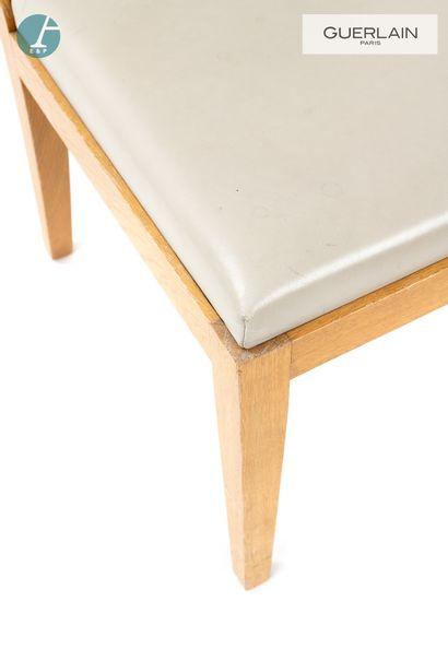Une chaise en piètement bois naturel clair, assise similicuir beige.  H : 90cm -...
