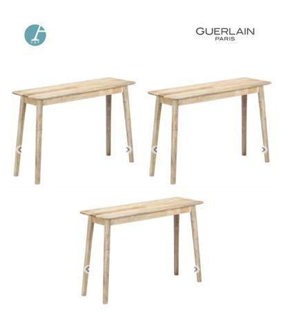 Lot de trois consoles en bois clair. H :...