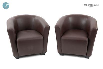 Paire de fauteuils club en similicuir marron....