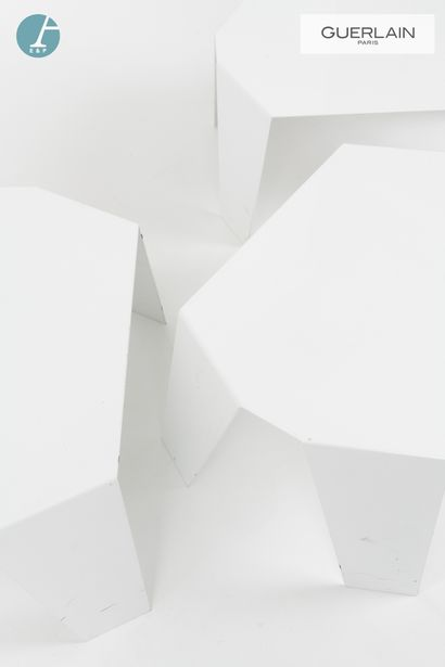 MADE Design, trois tables basses en métal laqué blanc.  H : 28cm - L : 59 cm- P...
