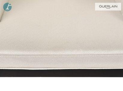 Fauteuil bas, piètement en bois laqué noir, revêtement en tissu gris clair.  H :...