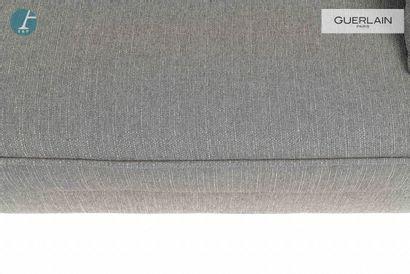 Un canapé deux places en tissu gris chiné, coussins d'assise capitonnés. Piètement...