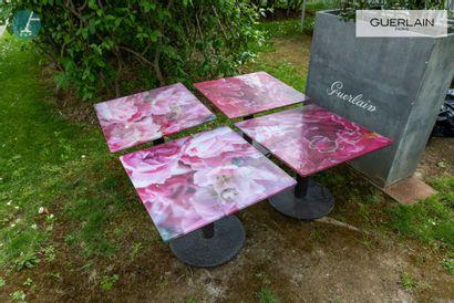 Lot de quatre tables piètement métal, plateau...