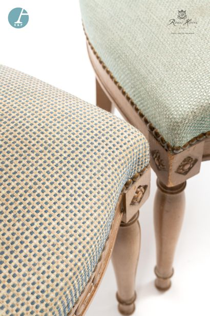 Lot de trois chaises en bois laqué blanc, assise en tissu quadrillé bleu et une...
