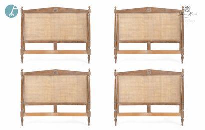 Lot de quatre têtes de lit en bois naturel mouluré et sculpté, dossier canné. Sculptées...