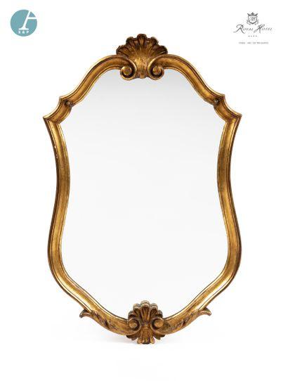 Miroir en résine doré, à décor de coquille....
