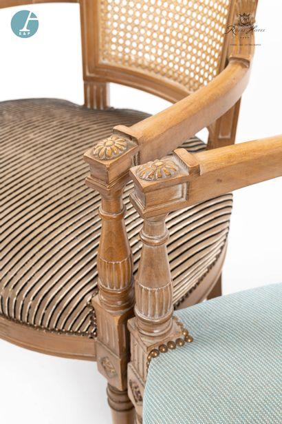 Lot de quatre fauteuils en bois naturel mouluré à dossier renversé, garnitures en...