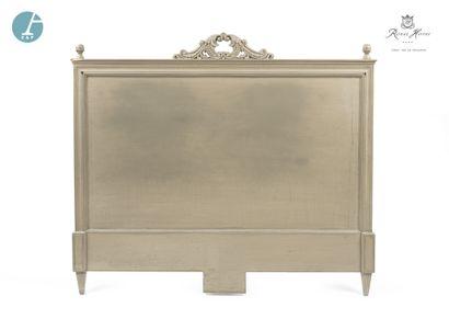 Tête de lit en bois mouluré, sculpté et laqué gris, à décor de rinceaux sur le fronton....