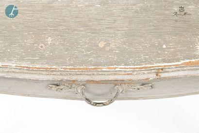 Un bureau en bois laqué gris mouluré et sculpté.  Style Louis XV.  H : 75,5cm -...
