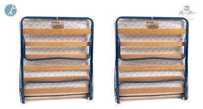 Lot de deux lits simples pliants, sur roulettes....