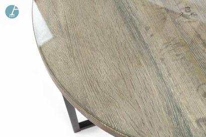 Une table ronde, piètement métal, plateau en bois. Dessus de verre.   H : 62,5cm...