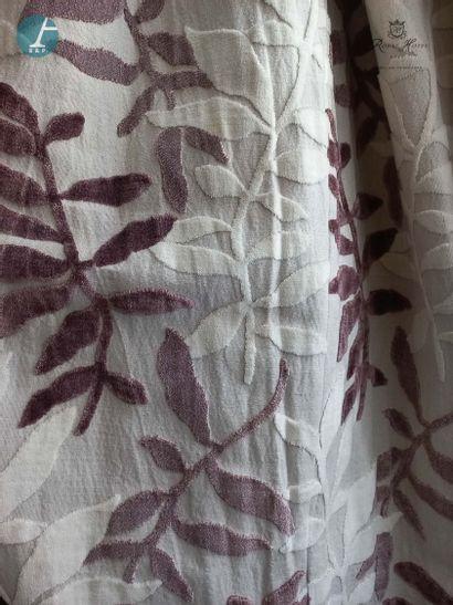 Une paire de rideaux à motif de feuilles...