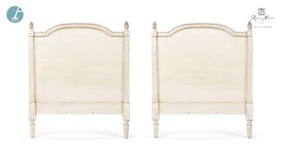 Lot de deux têtes de lit en bois mouluré...