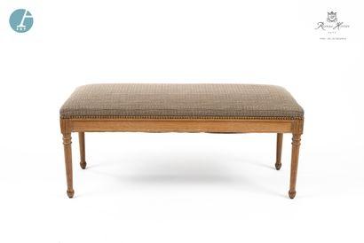 Lot de deux fauteuils et une chaise en bois naturel mouluré et sculpté, dossier...