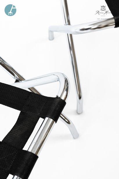 Lot de deux pliants porte-bagages en métal et lanières de tissu noir. Marque EX...