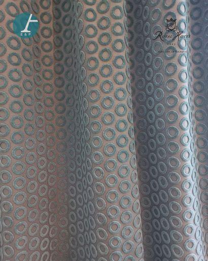 Deux paires de rideaux à motifs de ronds...