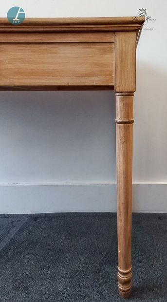 Un bureau en bois naturel mouluré, ouvrant...