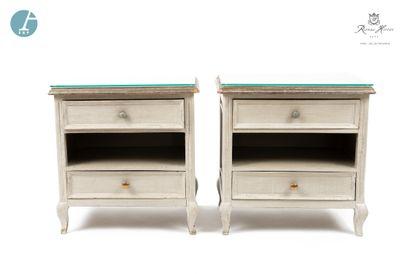 Paire de chevets en bois laqué gris ouvrant à deux tiroirs. Dessus de verre. H :...
