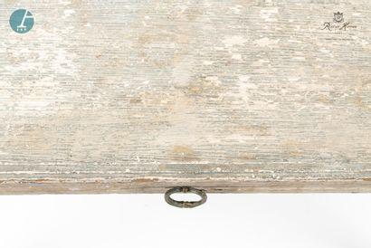 Bureau en bois mouluré et sculpté laqué gris, ouvrant à un tiroir en ceinture.  H...
