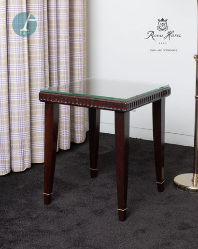 Une table basse en bois teinté façon acajou,...