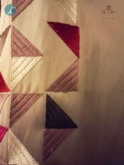 Une paire de rideaux à motifs géométriques...