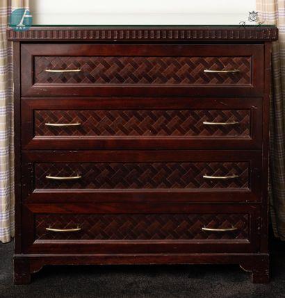 Une commode ouvrant à quatre tiroirs en bois...