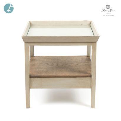 Une table basse en bois laqué gris.  H :...
