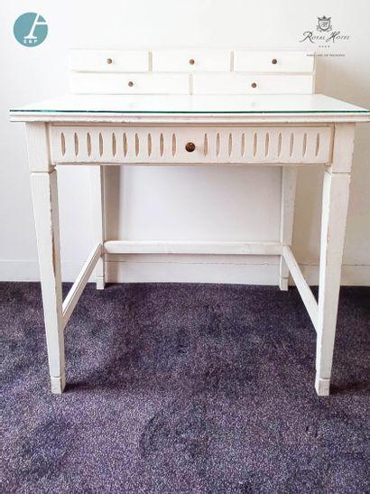 Un petit bureau à gradins en bois laqué...