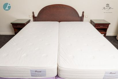 Une tête de lit en bois teinté façon acajou,...