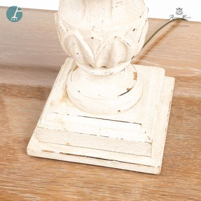 Lot de quatre lampes en bois mouluré et sculpté, à patine blanche. Deux modèles...