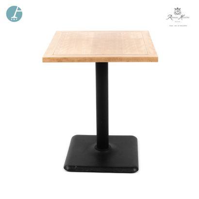 Lot de deux tables de restaurant, piètement métal, plateau bois.  H : 74cm - L :...