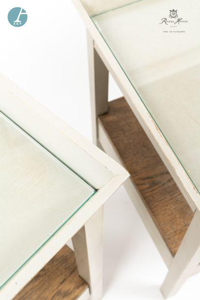 Lot de deux chevets en bois laqué gris et une petite table basse. Dessus de verre....