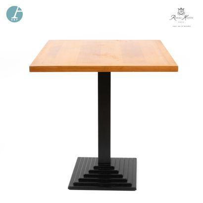 Lot de deux tables de restaurant, piètement métal, plateau bois.  H : 73cm - L :...