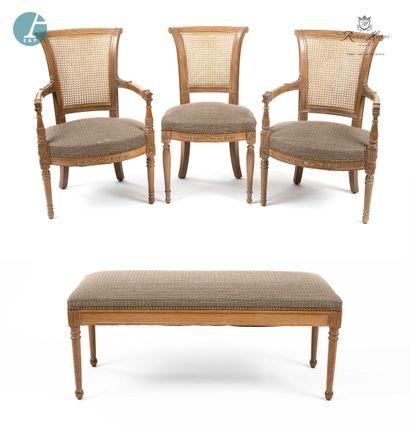 Lot de deux fauteuils et une chaise en bois...