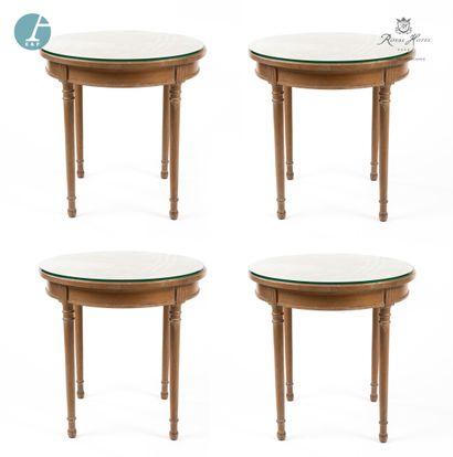 Lot de quatre petites tables rondes en bois...