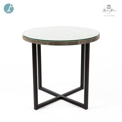 Une table ronde, piètement métal, plateau...