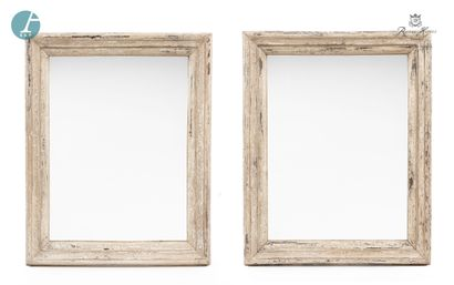 Paire de miroirs en bois patiné blanc.  Marque...