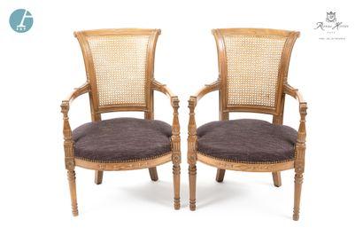 Lot de deux fauteuils en bois naturel mouluré à dossier renversé, garniture en tissu...